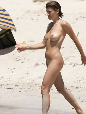 Hottie loves to expose her body at the nude beach